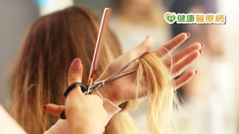 剪到一半卡住了! 美髮師罹板機指苦不堪言_LPG